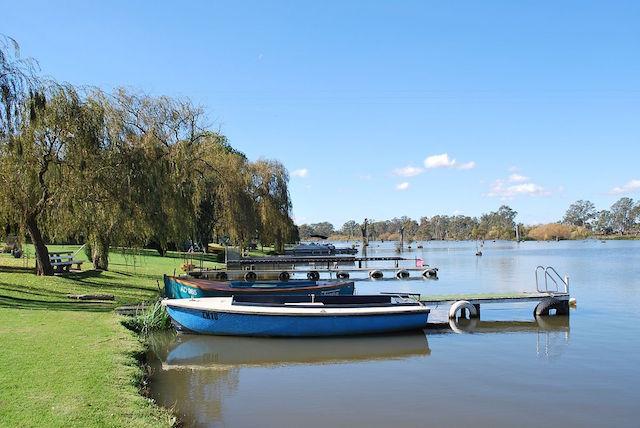 1200px-Bailieston_Goulburn_Weir_Boats